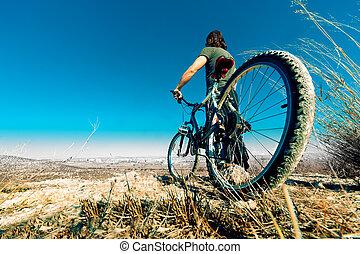 hegy bicikli, és, fiatalember
