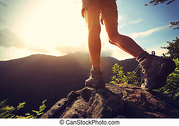 hegy, nő, fiatal, kiránduló, csúcs, kő, combok, napkelte