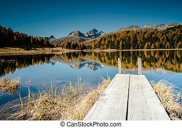 hegy tó, noha, egy, wooden stég, és, gondolkodások, közül, ősz elpirul