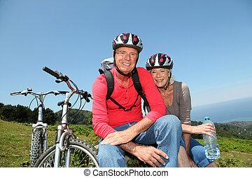 hegy, természetes, párosít, bringák, lovaglás, idősebb ember, táj