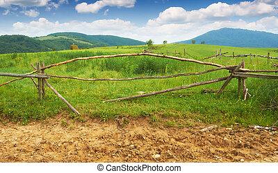 hegyek, kerítés