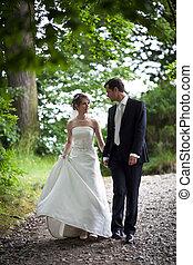 heiraten, paar, stallknecht, -, junger, ihr, braut, posierend, frisch, draußen, hochzeitstag