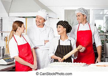 heiter, chefs, unterhalten, in, kommerzielle küche