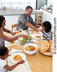 heiter, familie, ißt, zusammen