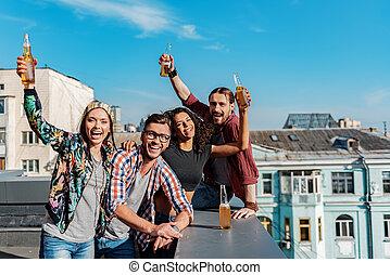 heiter, junge leute, hängen, auf, dach, terrasse