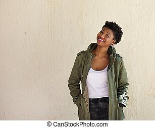heiter, junger, afrikanische amerikanische frau, lächeln