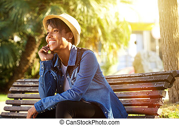 heiter, junger, afrikanische amerikanische frau, sitzen draußen