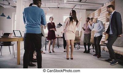 heiter, langsam, multiethnic, buero, tanzen, geschäftsfrau, teambuilding, anteil, zusammen, bewegung, zeit, spaß, mannschaft, partei., beiläufig