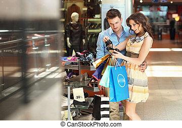 heiter, paar, in, a, einkaufszentrum