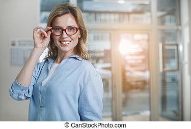 heiter, weibliche , klient, in, optiker, kaufmannsladen