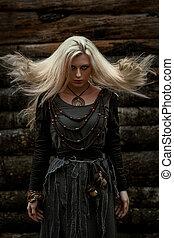 heks, in, een, lang, zwarte jurk