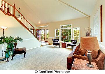 helder, ivoor, woonkamer, met, hoog, vaulted plafond, en,...