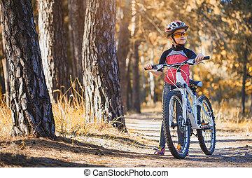 helm, cycling, zonnig, forest., buitenshuis, fiets, meisje, geitje