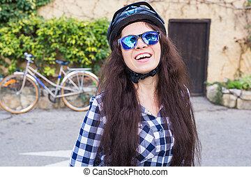 helm, vrouw, zonnebrillen, steegje, achtergrond, positie, fiets, het glimlachen