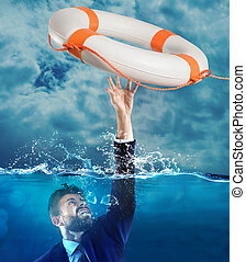 Help businessman falls - Lifesaver launched a drowning man ...
