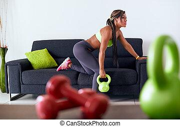 hem- fitness, negress, utbildning, med, vikter, på, soffa