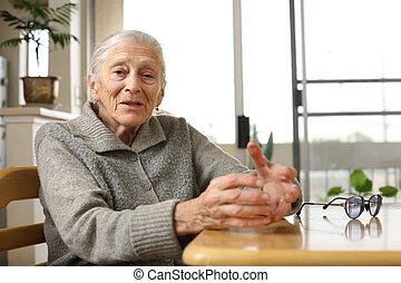 hem, senior woman