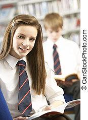 hembra, adolescente, estudiante, en, biblioteca, libro de lectura