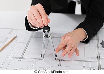 hembra, arquitecto, manos, tenencia, compás, en, cianotipo