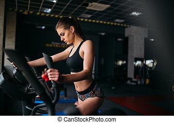 hembra, atleta, ejercicio, en, noria, en, deporte, gimnasio