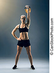 hembra, atleta, ejercitar, kettlebell, mientras, balanceo, fuerte