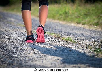 hembra, atleta, runner., primer plano, en, shoe., mujer, condición física, ocaso, empujoncito, entrenamiento, concept.