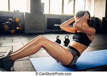 hembra, atleta, trenes, prensa, en, deporte, gimnasio