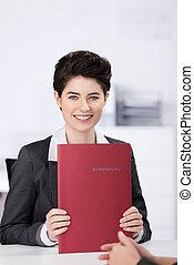 hembra, candidato, tenencia, aplicación, archivo, en el escritorio, en, oficina