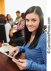 hembra, con, café, utilizar, computadora personal tableta, en, el, tienda de café