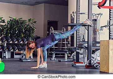 hembra, condición física, modelo, extensión, en, un, gimnasio, club.