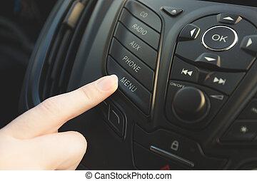hembra, conductor, planchado, teléfono, control, botón, en, coche, tablero de instrumentos