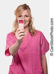 hembra, enfermera, teniendo arriba, teléfono celular