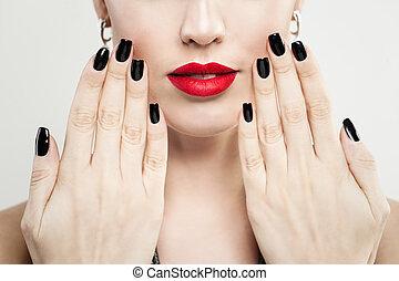 hembra entrega, con, negro, clavos, manicura, y, rojo, maquillaje, labios, primer plano