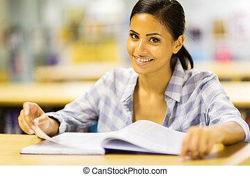 hembra, estudiante de la universidad, en, biblioteca