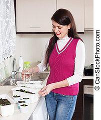 Plantas regar hembra jardinero plantas lindo regar for Jardinero en casa