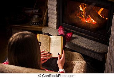 hembra, leer un libro, chiminea