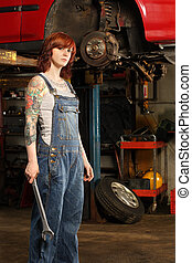 hembra, mecánico, con, tatuajes