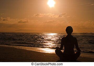 hembra, meditar, en la playa, en, salida del sol
