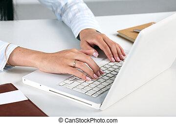 hembra, oficinista, mecanografía, en, el, teclado