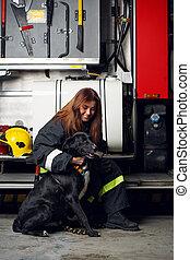 hembra, sentado, fuego, imagen, bombero, perro, fondo negro...