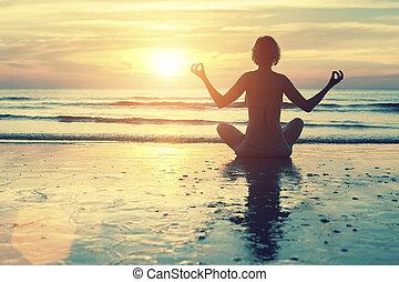 hembra, silueta, yoga, meditación