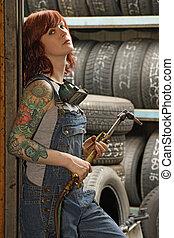 hembra, soldador, con, tatuajes