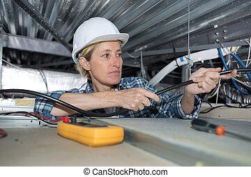 hembra, técnico, verificar, el, aire acondicionado, en, el, techo