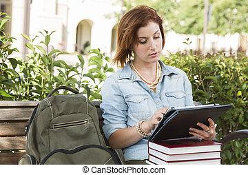 hembra, tableta, joven, banco, exterior, estudiante, tacto, utilizar