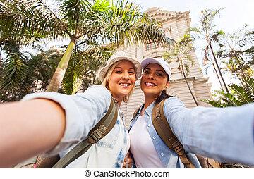 hembra, toma, dos, juntos, viajeros, selfie
