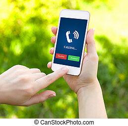 hembra, tubo, manos, teléfono, fondo verde, tenencia, blanco, pasto o césped, pantalla, resonante