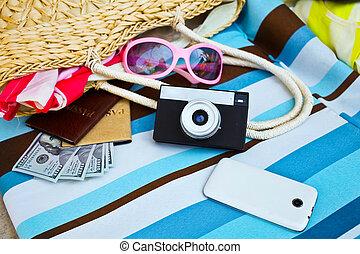 hembra, turista, accessories:, cubierta, gafas de sol, bolso de la paja, pasaporte, dinero, y, cámara., verano, concepto