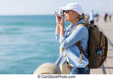 hembra, turista, tomar fotografías, en, el, muelle