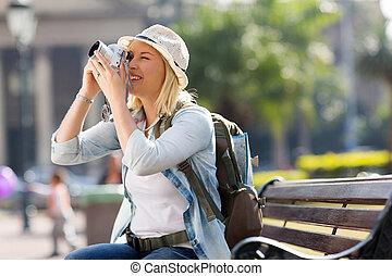 hembra, viajero, tomar las fotos, con, cámara digital