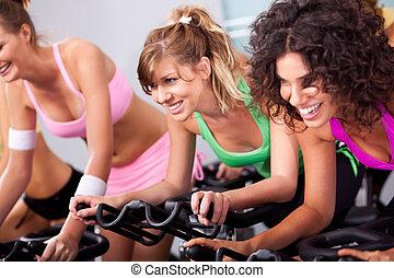 hembras, ciclismo, en, girar, clase, en, gimnasio